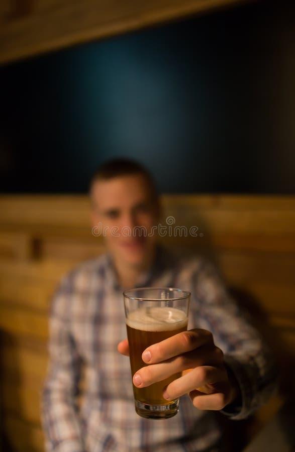 Mens het roosteren met ambachtbier in een bar royalty-vrije stock foto