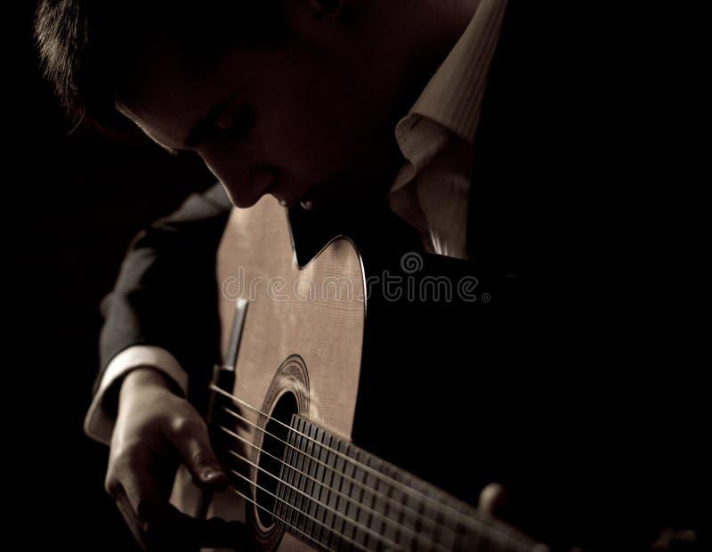 Mens het spelen gitaar royalty-vrije stock afbeeldingen