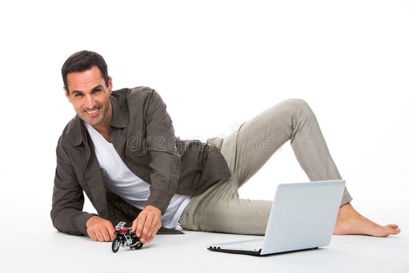 Mens het spelen met motorschaal stock fotografie