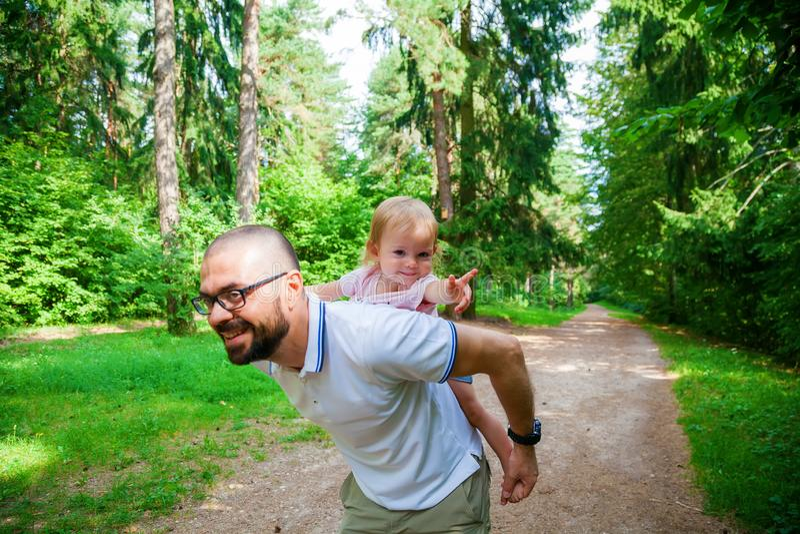 Mens het spelen met zijn kleine dochter in de aard stock foto