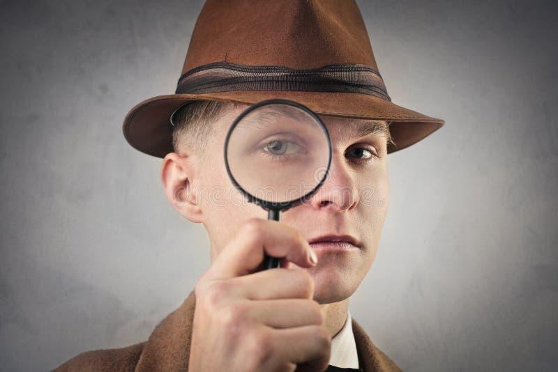 Mens het spioneren stock foto