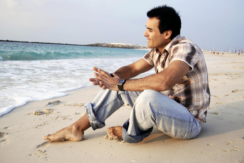 Mens in het strand stock fotografie