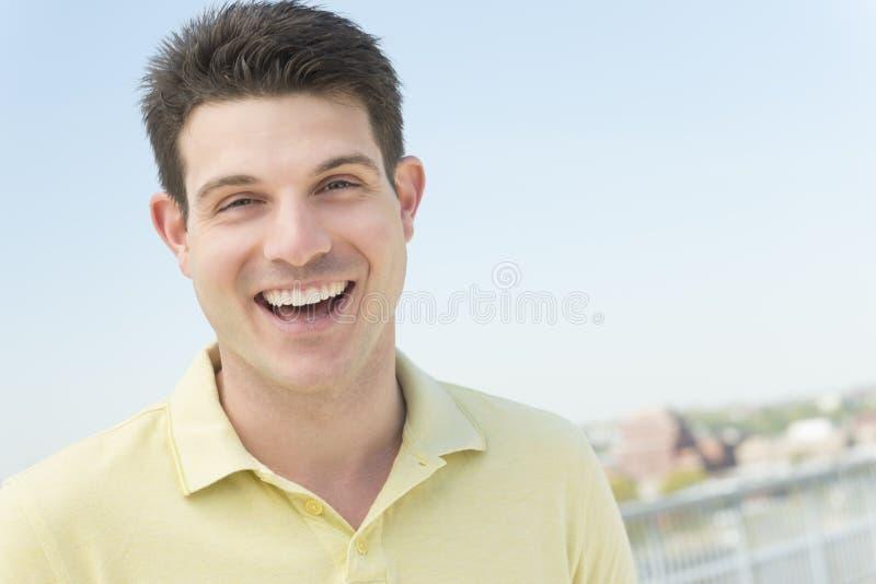 Mens in het Toevallige Lachen tegen Duidelijke Hemel royalty-vrije stock fotografie