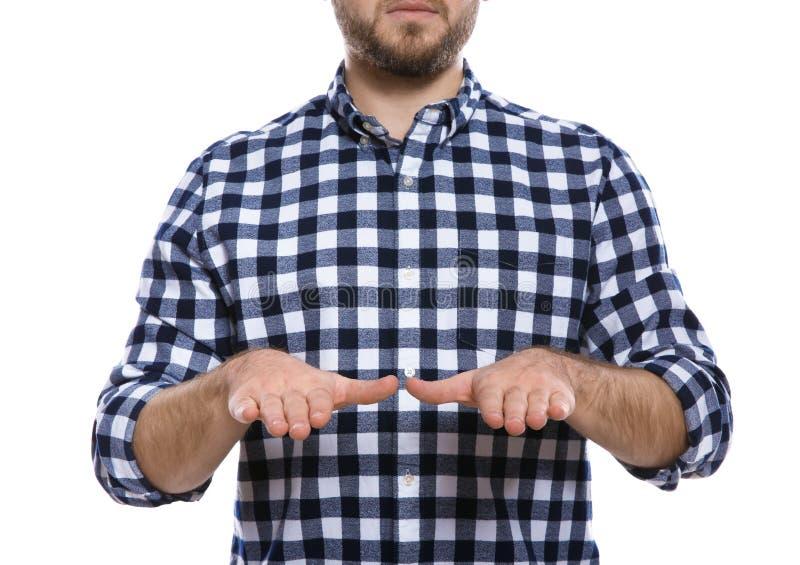 Mens het tonen ZEGENT gebaar in gebarentaal op wit, close-up royalty-vrije stock afbeeldingen