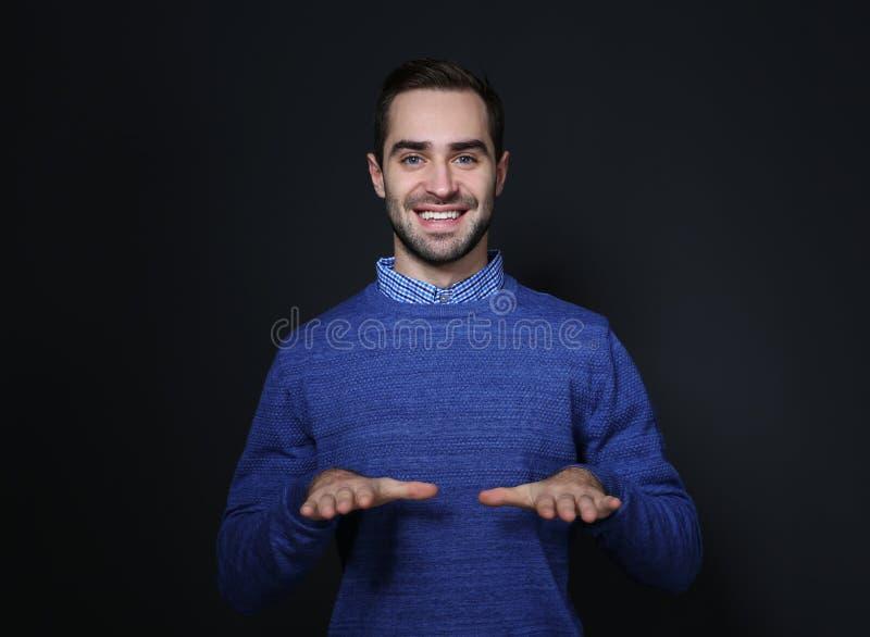 Mens het tonen ZEGENT gebaar in gebarentaal stock foto