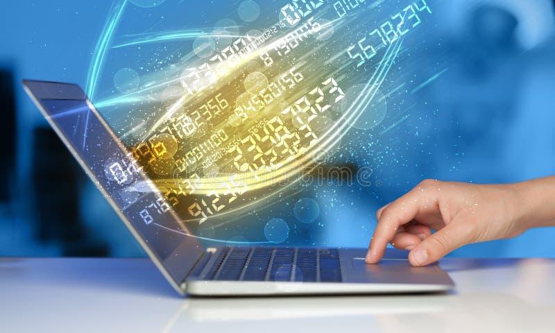 Mens het typen op modern notitieboekje met de gegevens van de aantaltechnologie komst stock afbeeldingen