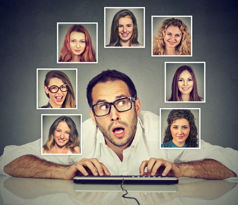 Mens het typen op toetsenbord die welke vrouw denken hij van de meesten houdt stock afbeeldingen