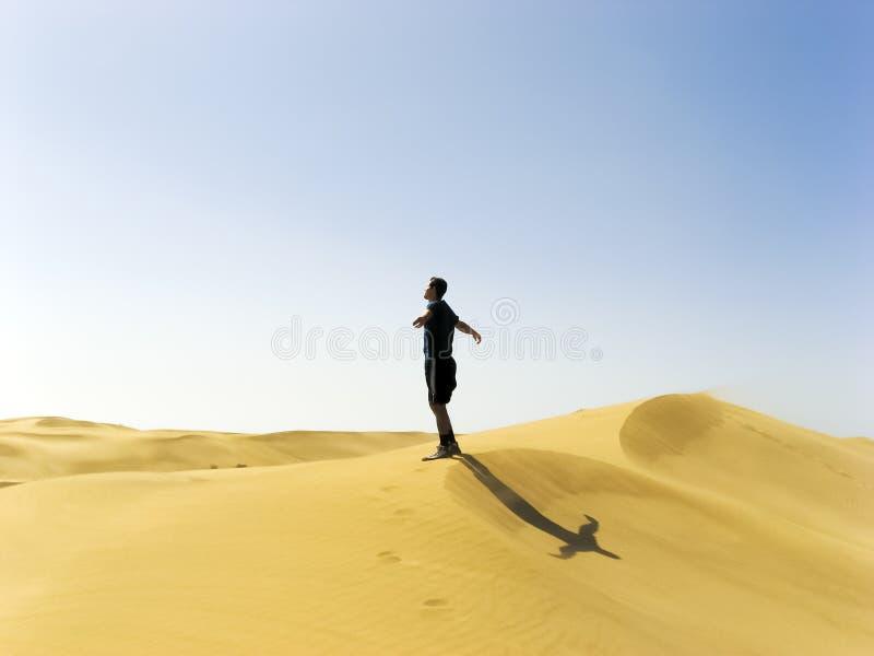 Mens het uitrekken zich in de duinen van Gran Canaria royalty-vrije stock foto's
