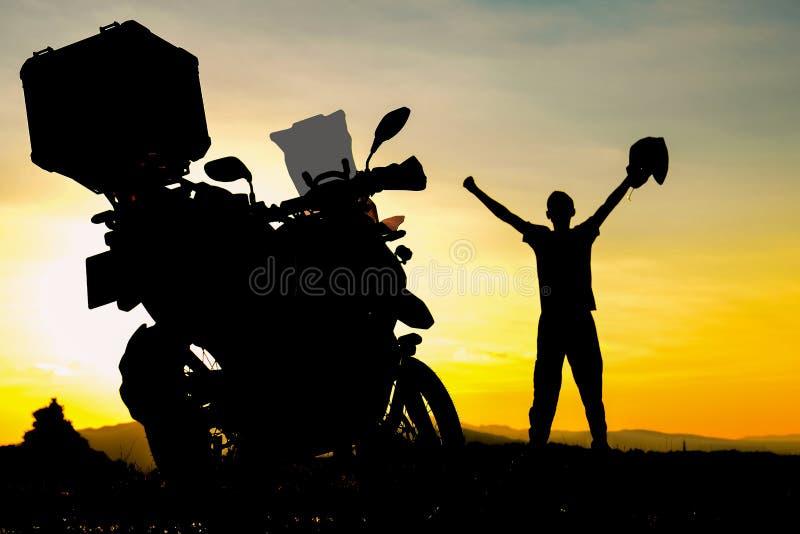 Mens het vieren na motorfietsreis royalty-vrije stock fotografie