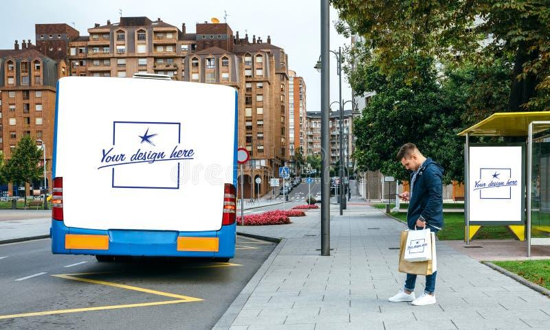 Mens het wachten bus die mobiel kijken Klantgerichte bus, zak en luifel stock afbeelding