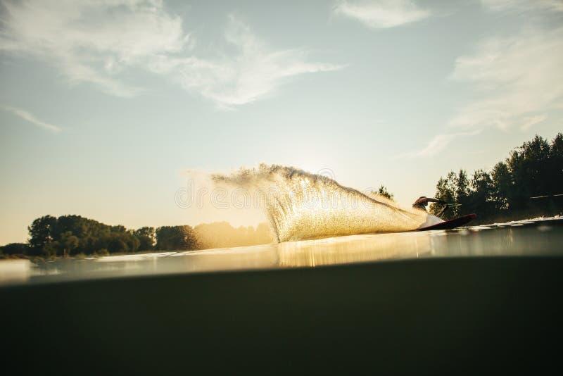 Mens het wakeboarding op een meer royalty-vrije stock foto's