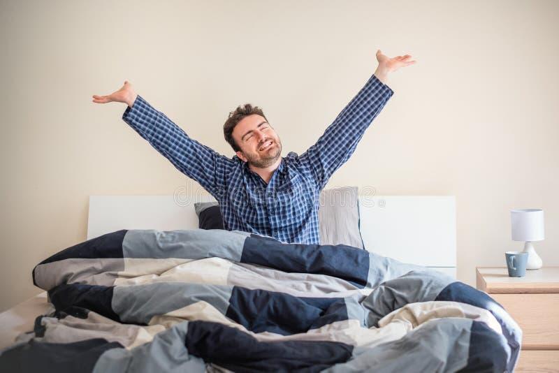 Mens het wekkende gelukkig voelen in de ochtend royalty-vrije stock afbeelding