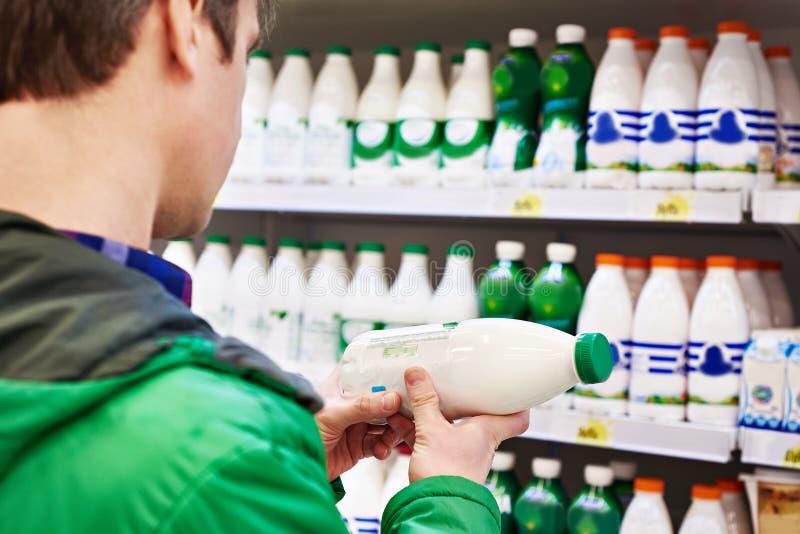 Mens het winkelen melk stock foto's
