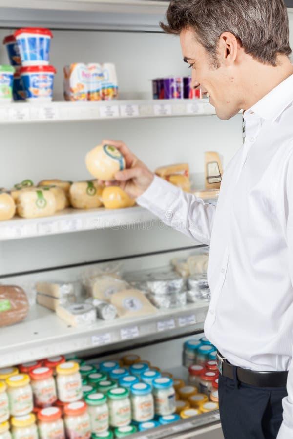 Mens het winkelen voedsel stock foto