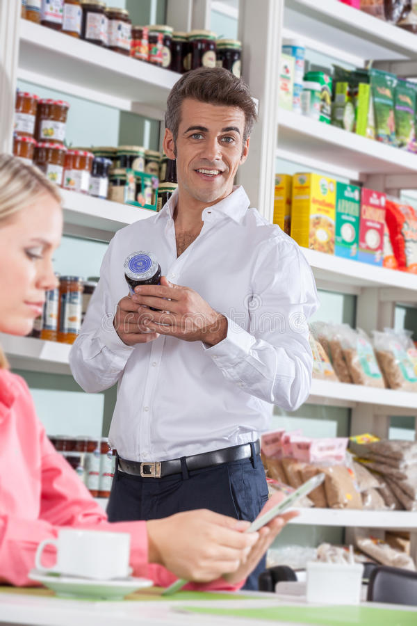 Mens het winkelen voedsel royalty-vrije stock afbeelding