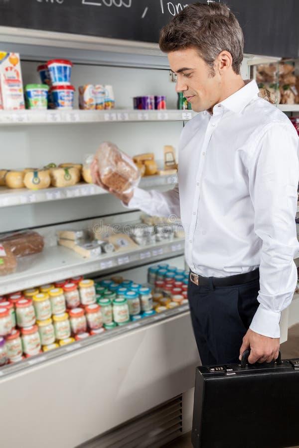 Mens het winkelen voedsel stock afbeelding