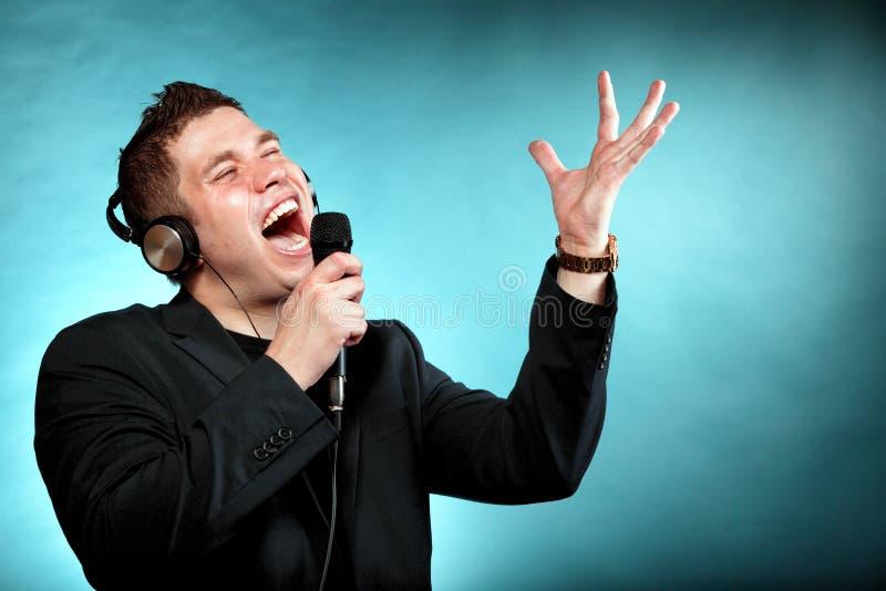 Mens het zingen in onderschrijvingsslip van de microfoon de gelukkige karaoke royalty-vrije stock foto