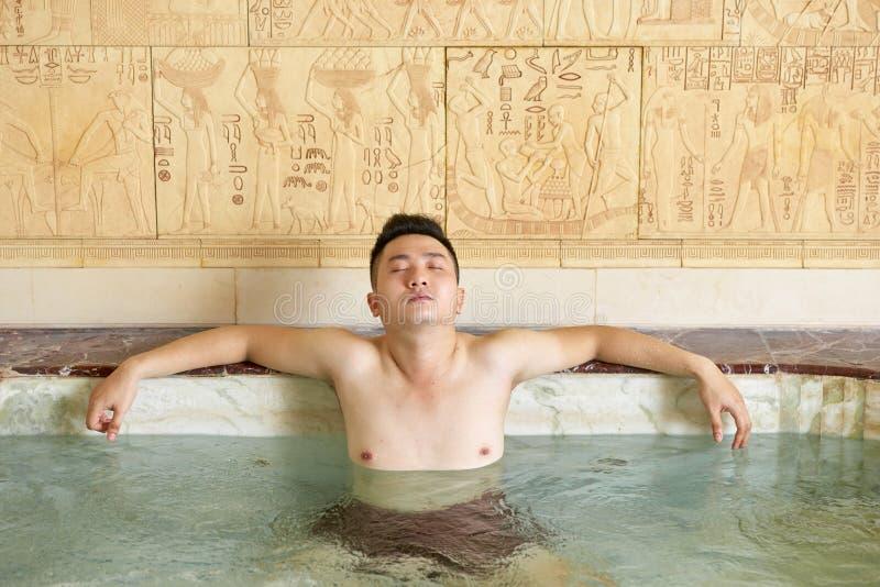 Mens in het zwembad stock afbeelding