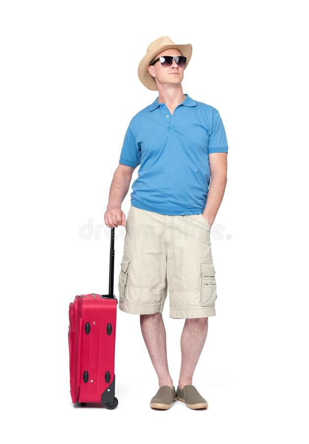 Mens in hoed, borrels, T-shirt en zonnebril met rode die koffer, op witte achtergrond wordt geïsoleerd Het dossier bevat een weg  stock fotografie