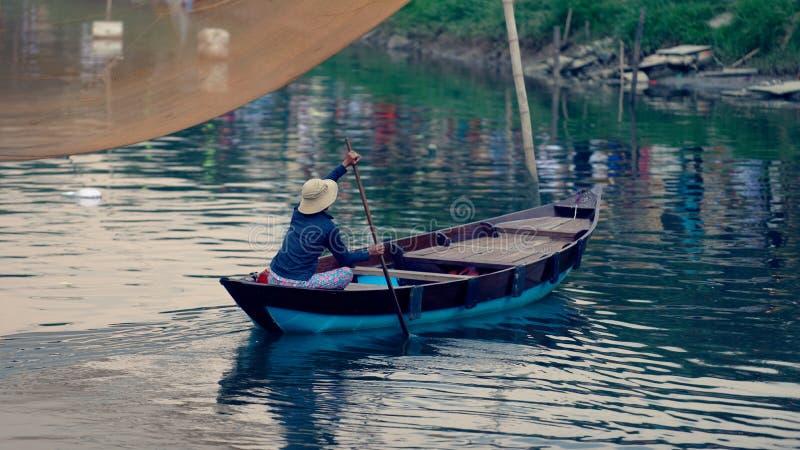 Mens in houten boot stock foto