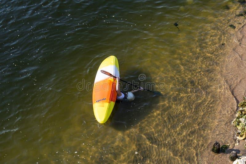 Mens in Kajak in rivier de Loire royalty-vrije stock afbeelding