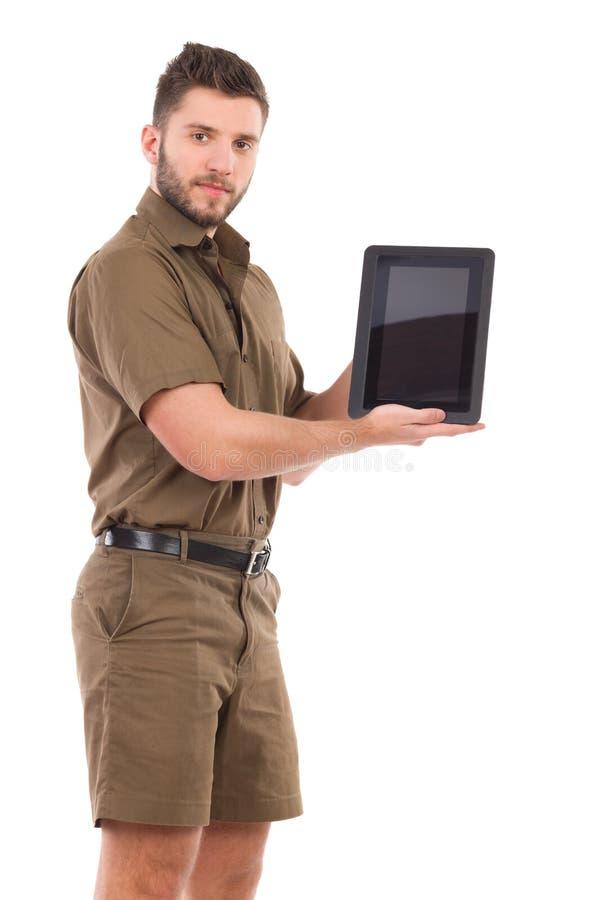 Mens in kaki eenvormig voorstellend een schokbestendige digitale tablet royalty-vrije stock afbeeldingen