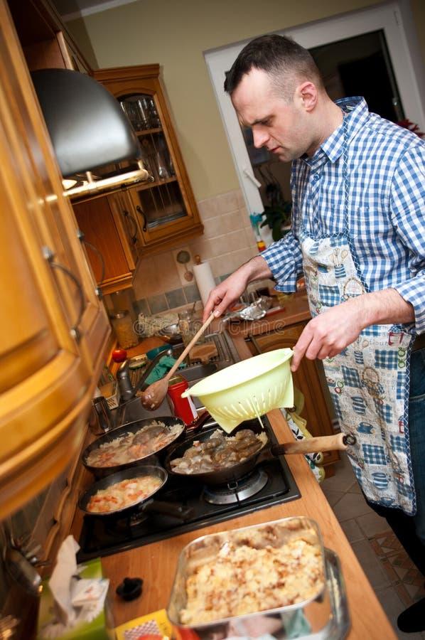 Mens in keuken royalty-vrije stock afbeeldingen