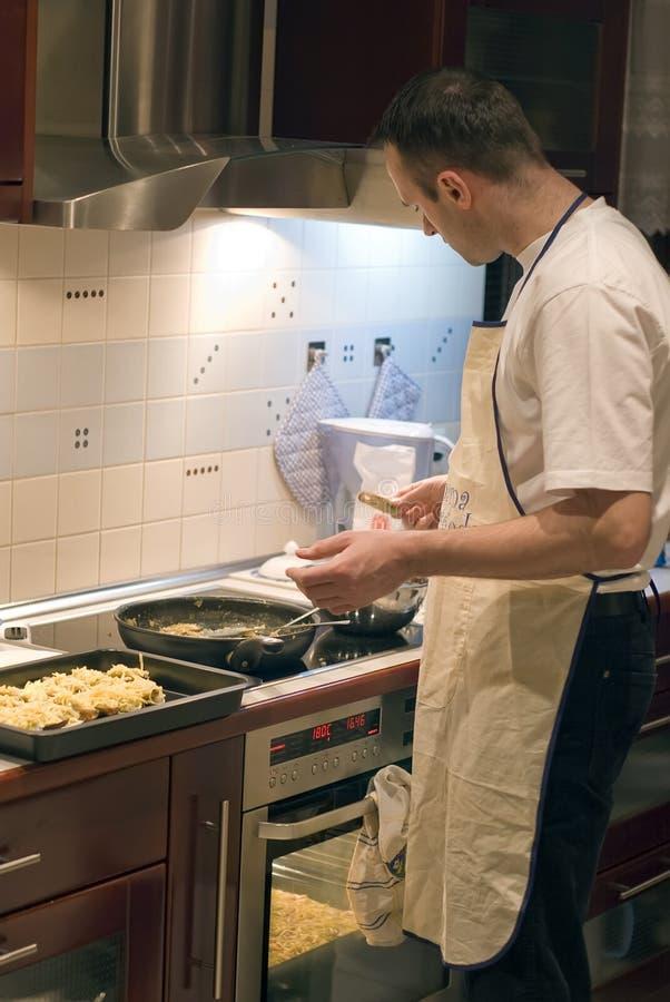 Mens in keuken stock foto's