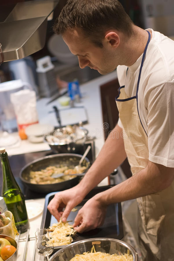 Mens in keuken royalty-vrije stock fotografie