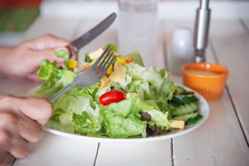 Mens klaar om plantaardige salade te eten royalty-vrije stock fotografie