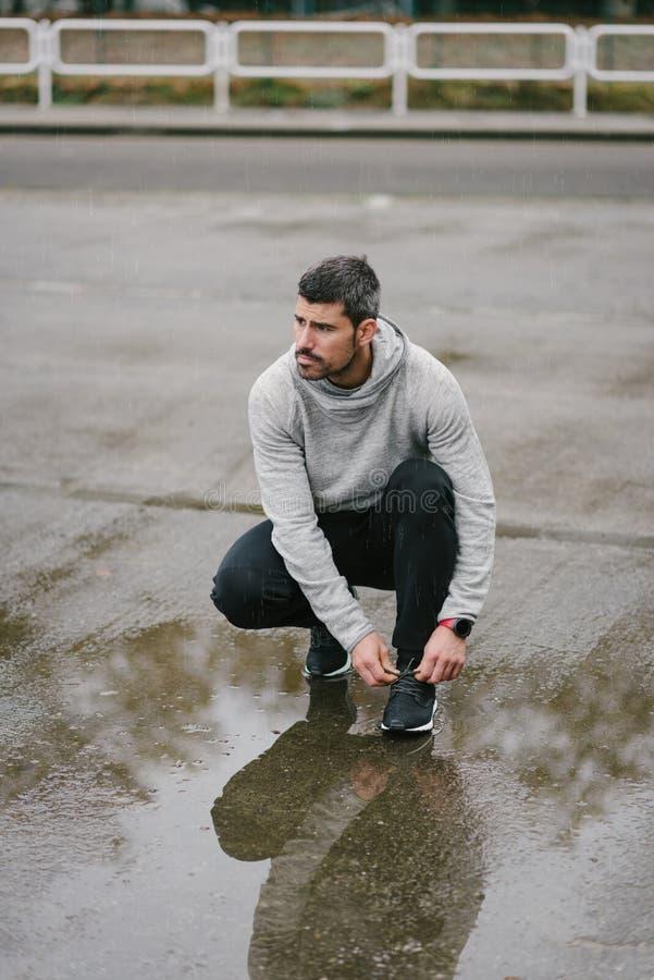 Mens klaar voor het stedelijke de winter lopen royalty-vrije stock foto's