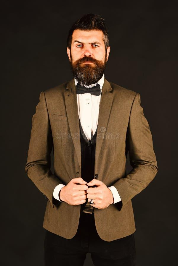 Mens in klassiek kostuum en vlinderdas met baard stock fotografie