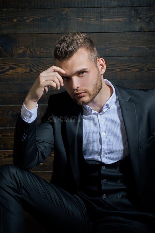 Mens in klassiek kostuumoverhemd Zekere zaken Portret van knap ernstig mannelijk model Ambitie en individualiteit royalty-vrije stock foto's