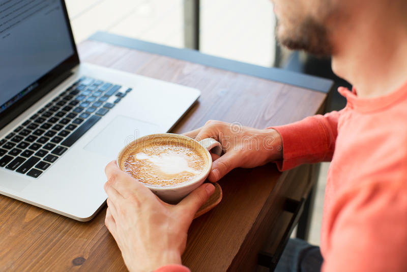 Mens in koffie stock fotografie