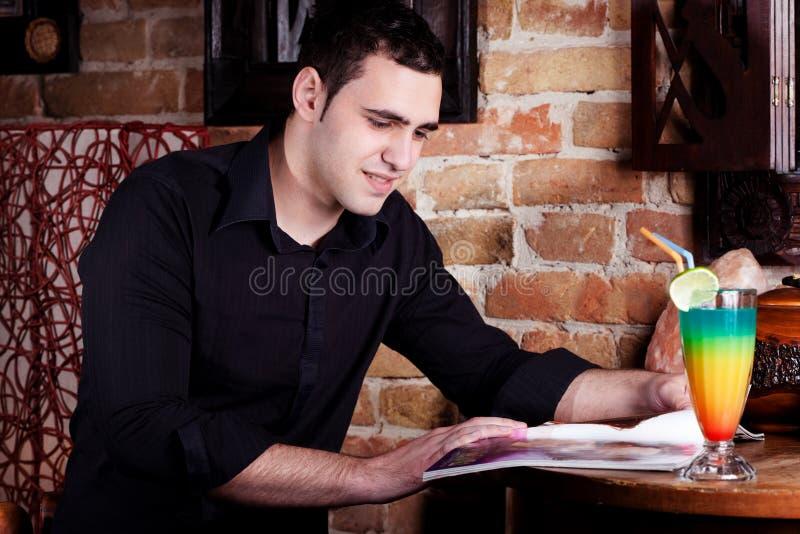 Mens in koffie royalty-vrije stock foto