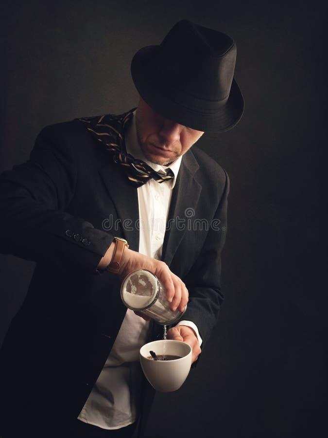 Mens in kostuum en hoed die zich aan het werk haasten stock afbeelding