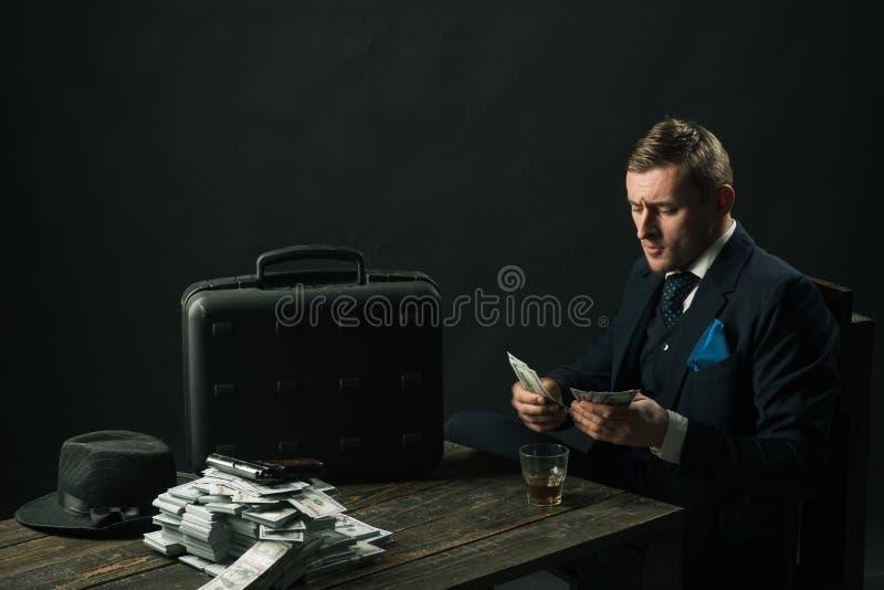 Mens in kostuum mafia Het maken van Geld Geldtransactie Het zakenmanwerk in accountantsbureau kleine bedrijfsconcept stock afbeelding