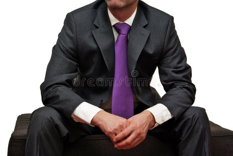 Mens in kostuum met purpere band royalty-vrije stock afbeelding