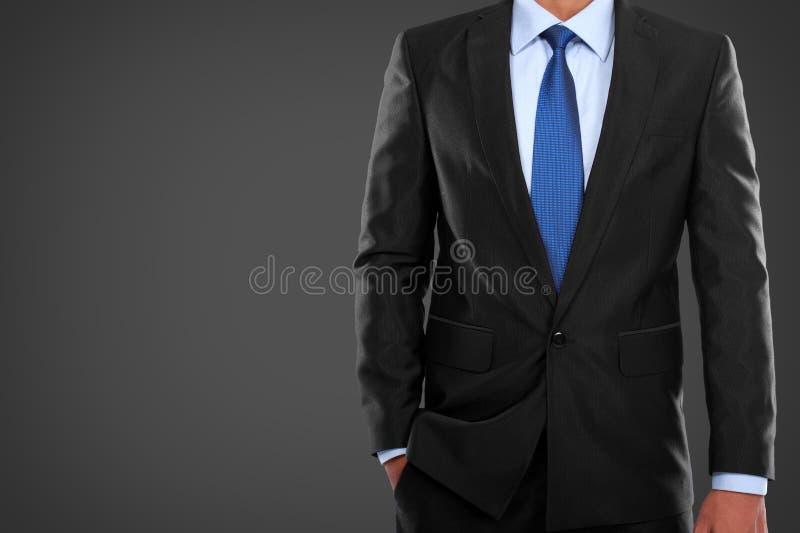 Mens in kostuum op een zwarte achtergrond stock foto's