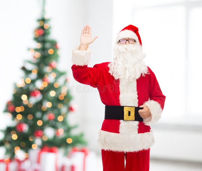 Mens in kostuum van de Kerstman stock afbeelding