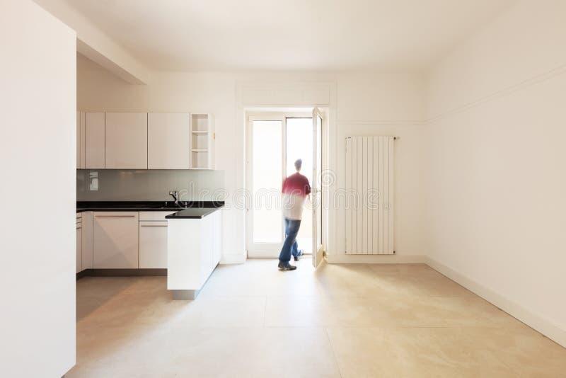 Mens in lege keuken stock afbeelding
