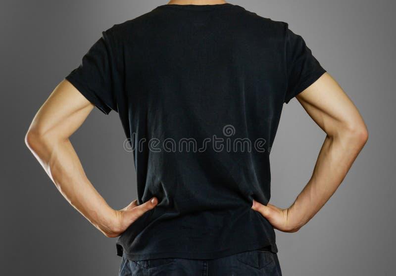 Mens in lege zwarte t-shirt Voorbereidingen getroffen voor uw lay-out royalty-vrije stock afbeelding