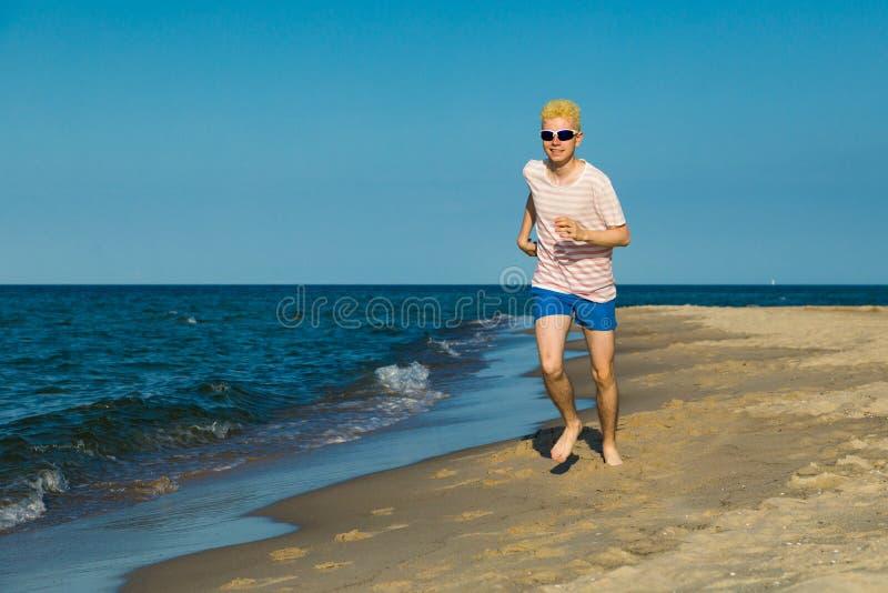 Mens lopen, die op strand springt royalty-vrije stock foto