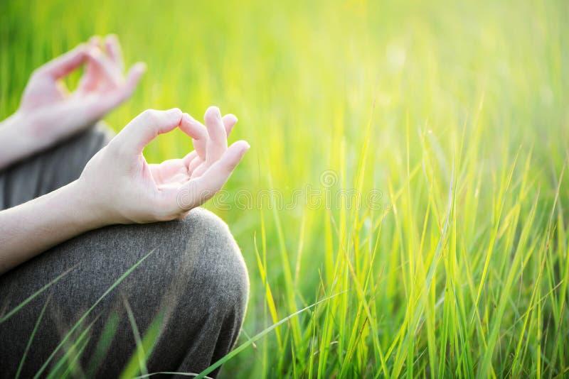 Mens mediteren openlucht in het park Gezond en Yogaconcept stock fotografie