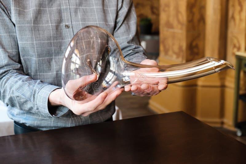 Mens meer sommelier het voorstellen lege elegante fallische glaskaraf royalty-vrije stock afbeelding