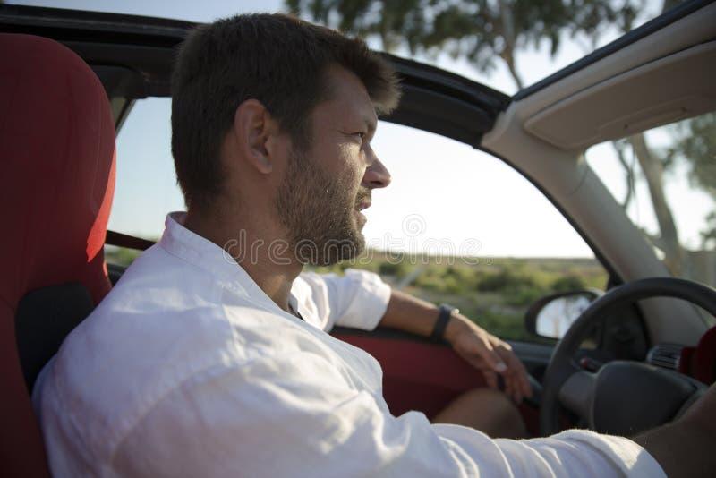 Mens met auto van de stoppelveld de drijfhuur royalty-vrije stock foto