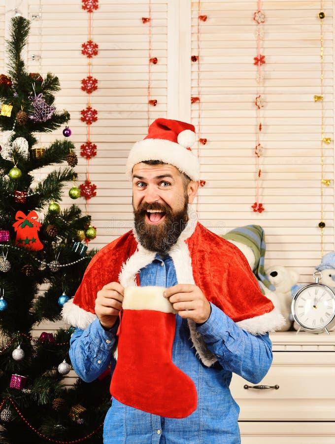 Mens met baard in blauw overhemd Kerstman met vrolijk gezicht royalty-vrije stock foto's
