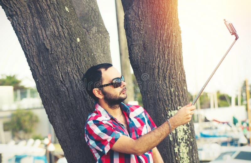 Mens met baard die selfie nemen royalty-vrije stock foto's