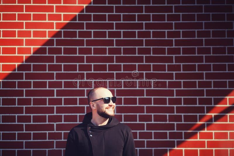 Mens met baard die zwarte spatie dragen hoodie stock afbeelding
