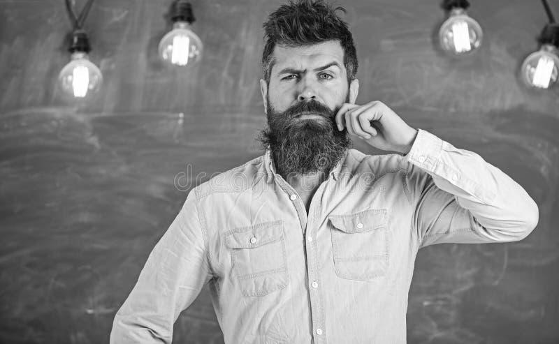 Mens met baard en snor op nadenkende gezichtstribune voor bord Kerel die met nadenkende uitdrukking denken royalty-vrije stock afbeelding